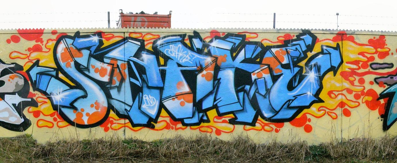 Graffiti auf einer Mauer im Garten von Germar